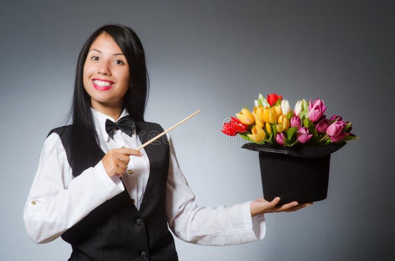 Kobieta magik w śmiesznym pojęciu zdjęcia stock