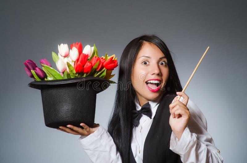 Kobieta magik w śmiesznym pojęciu fotografia stock