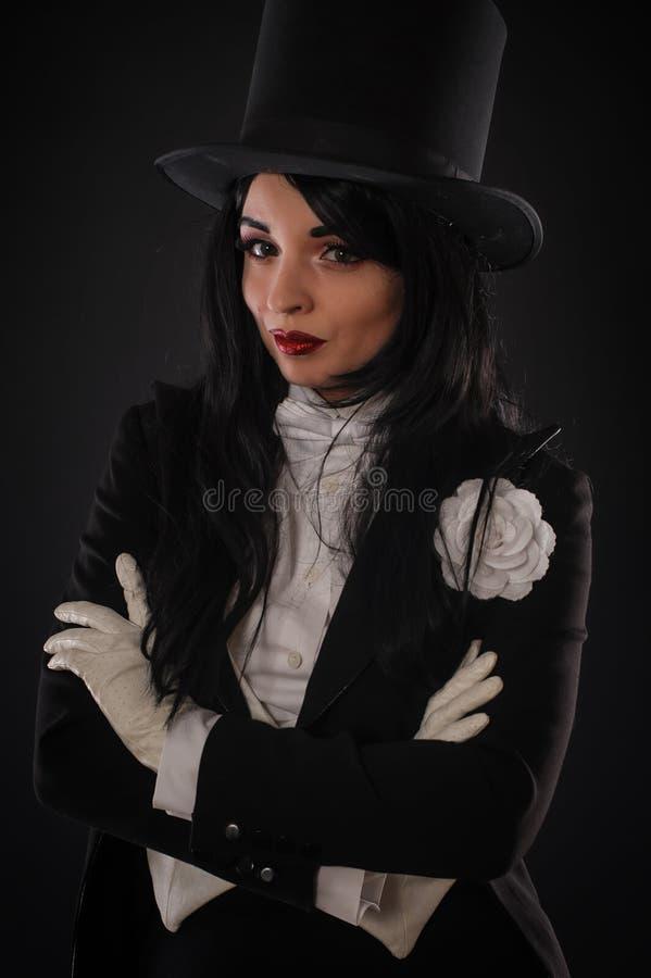 Kobieta magik w kostiumowym kostiumu robi magicznemu wyobraźni performan fotografia stock