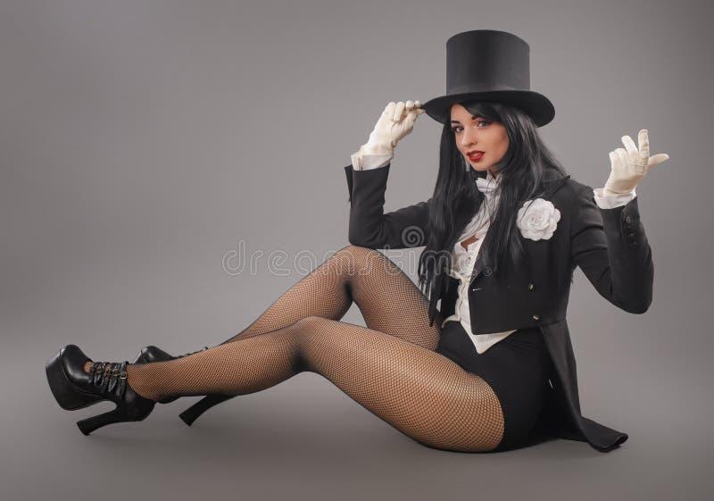 Kobieta magik w kostiumowym kostiumu robi magicznemu wyobraźni performan obraz royalty free