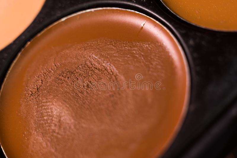 Kobieta makija?, dekoracyjni kosmetyki - kolorowa eyeshadow paleta obrazy stock