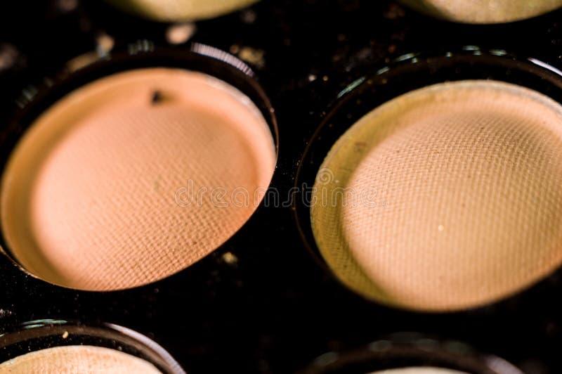 Kobieta makija?, dekoracyjni kosmetyki - kolorowa eyeshadow paleta zdjęcia royalty free