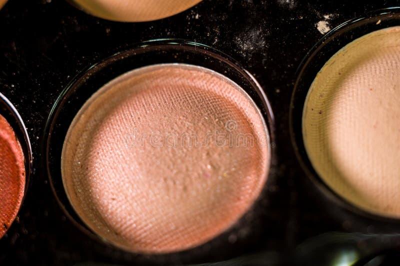 Kobieta makija?, dekoracyjni kosmetyki - kolorowa eyeshadow paleta fotografia royalty free