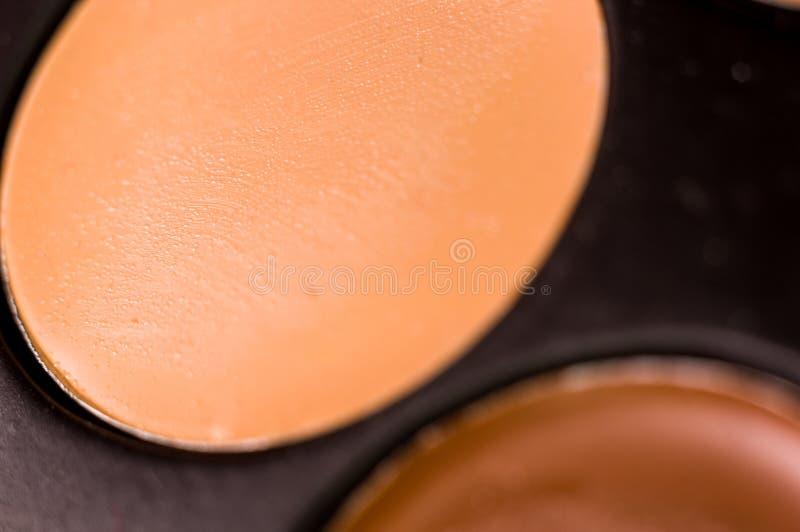 Kobieta makija?, dekoracyjni kosmetyki - kolorowa eyeshadow paleta obraz stock