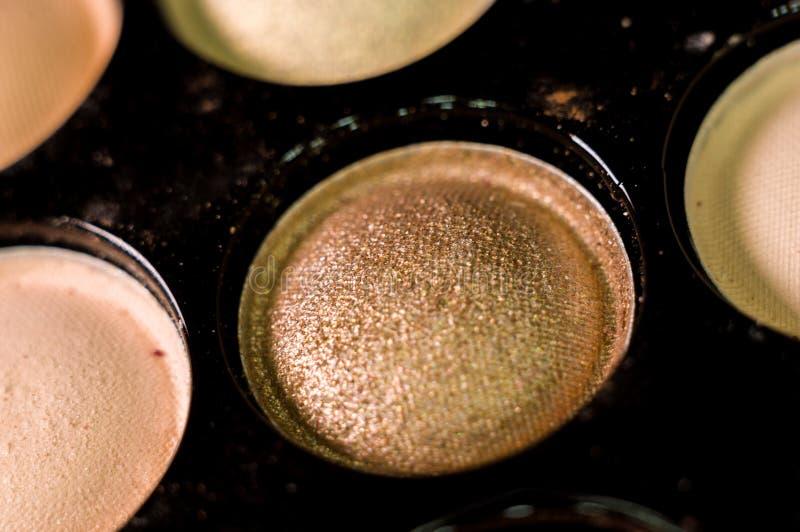 Kobieta makija?, dekoracyjni kosmetyki - kolorowa eyeshadow paleta zdjęcia stock