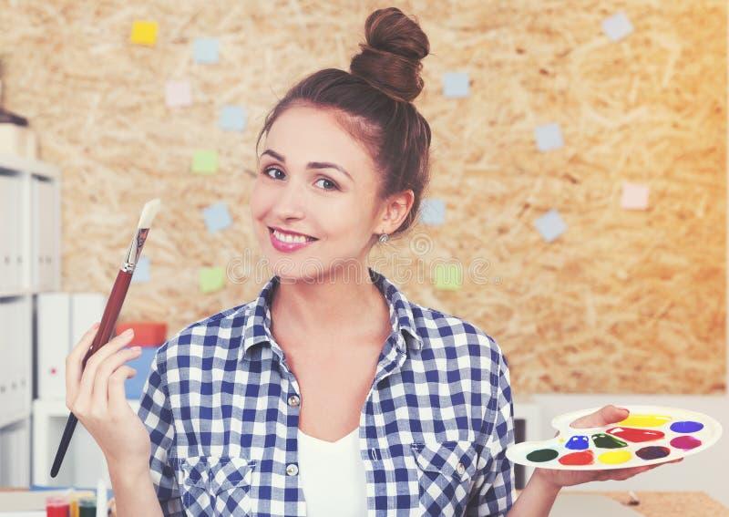 Kobieta malarz z paletą zdjęcia stock