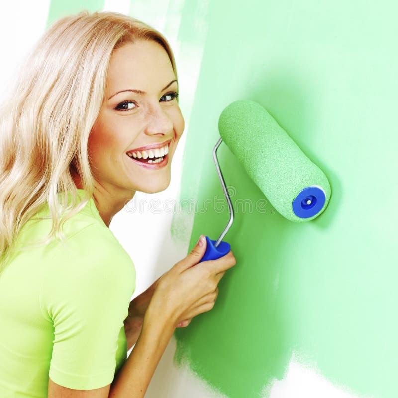 Kobieta maluje ścianę zdjęcie royalty free