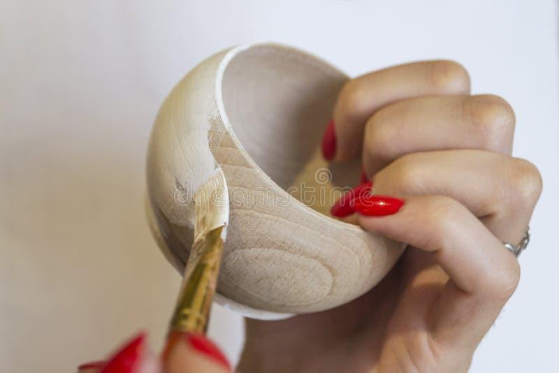 Kobieta maluje drewnianego szczegół w bielu Handmade, diy, zbliżenie ph zdjęcie royalty free