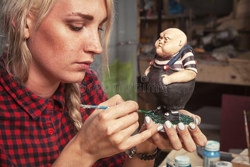 Kobieta maluje troszkę tłuściuchnego małego mężczyzna obraz stock