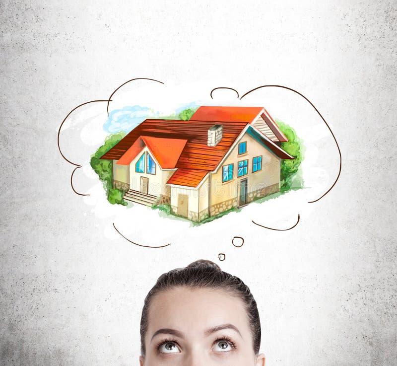 Kobieta marzy o jej przyszłościowym domu zdjęcia stock