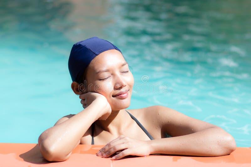 Kobieta marzy przy pływackim basenem fotografia stock