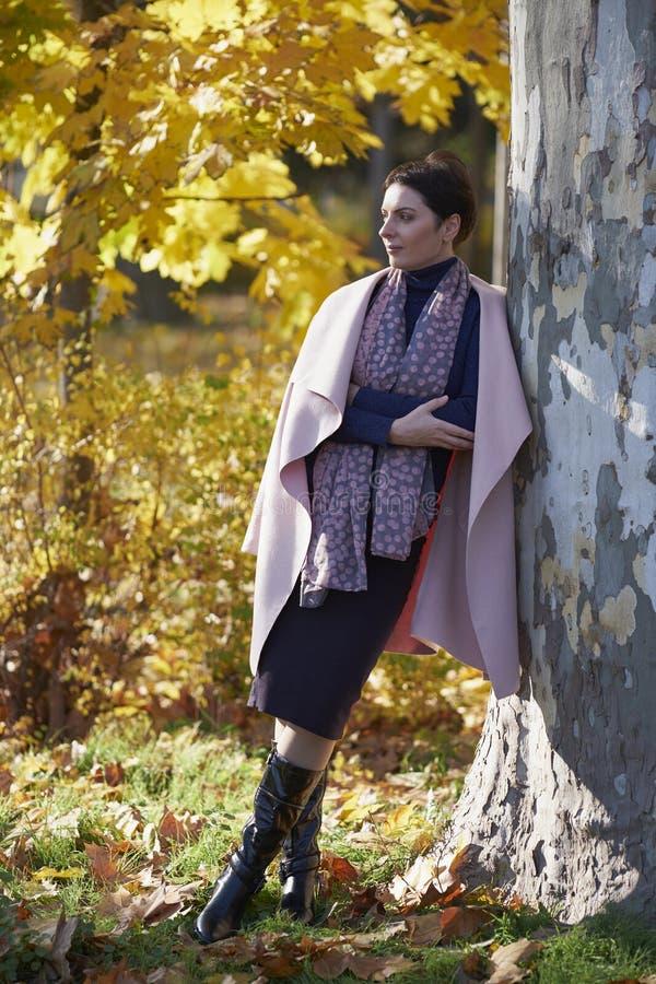 Kobieta marzy w jesień parku zdjęcie royalty free