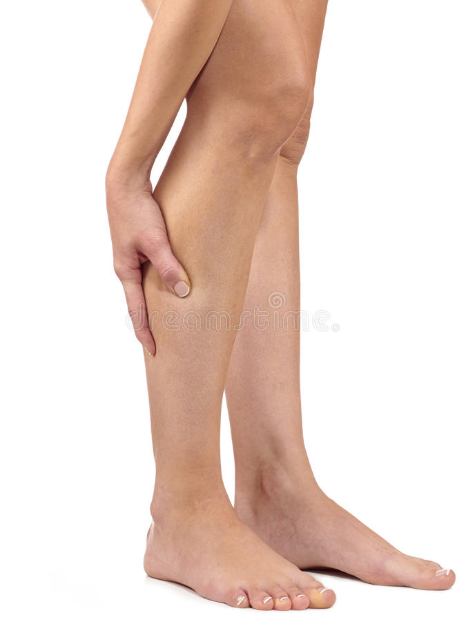 Kobieta masuje jej bolesnej nogi łydki zdjęcie royalty free