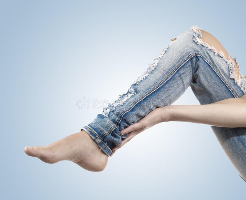 Kobieta masuje ona łydki - anatomia mięśnie zdjęcia royalty free