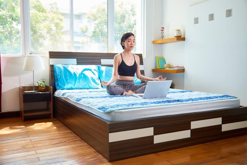 Kobieta medytuje na łóżku obrazy royalty free