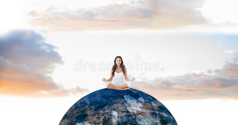 Kobieta medytuje na kuli ziemskiej zdjęcie royalty free