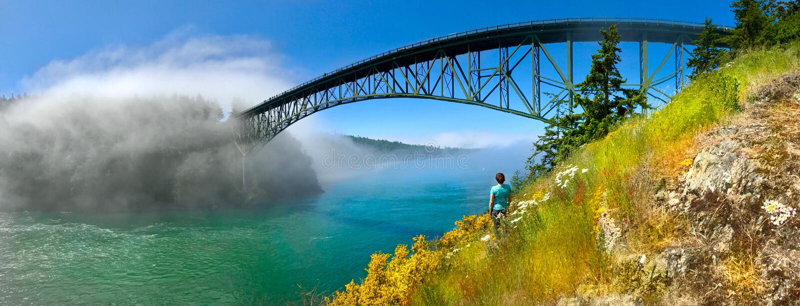 Kobieta medytuje na seashore mostem zdjęcia stock
