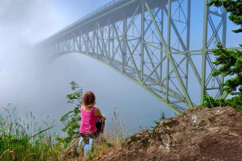 Kobieta medytuje oceanem w mgłowym ranku zdjęcie stock