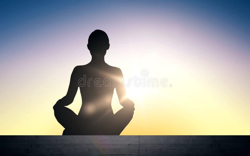 Kobieta medytuje w joga lotosu pozie nad słońca światłem royalty ilustracja