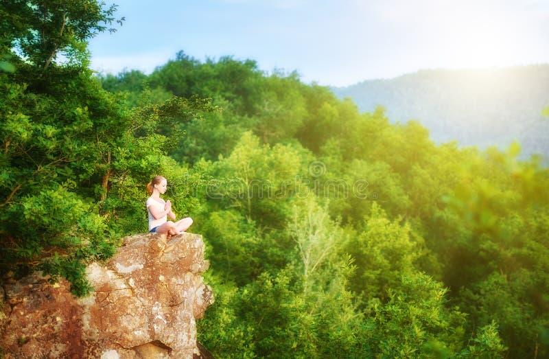 Download Kobieta Medytuje W Lotosie Pozuje, Robić Joga Na Górze Moun Zdjęcie Stock - Obraz złożonej z koncentracja, naturalny: 53788168