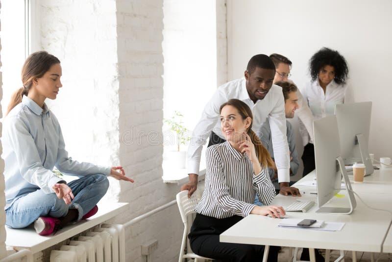 Kobieta medytuje wystrzeganie kolegów patrzeje coworker z ir zdjęcia royalty free