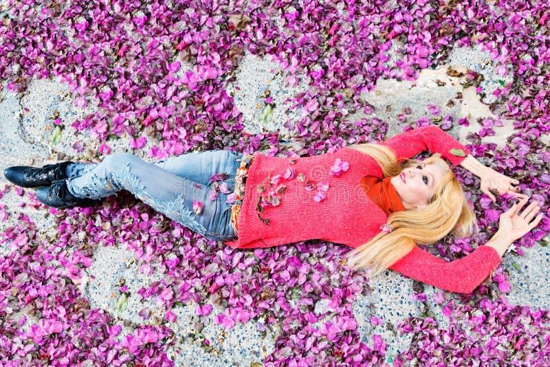 Kobieta między purpura kwiatu płatkami zdjęcie stock