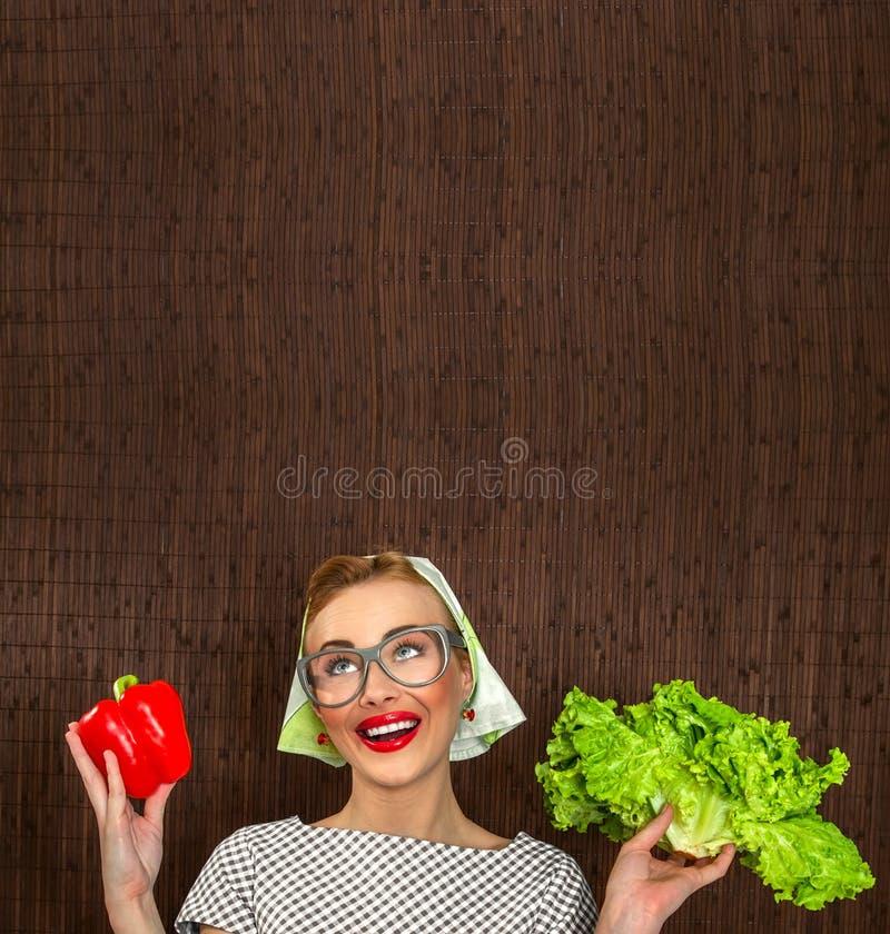 Download Kobieta śmieszny kucharz zdjęcie stock. Obraz złożonej z sałatka - 27418652