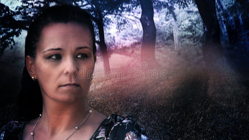Kobieta model, tło z tajemniczym, ciemnym lasem, fotografia stock
