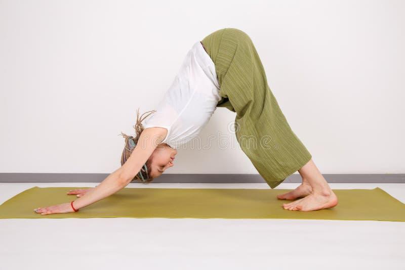 Kobieta model w joga pozie w studiu wykonywanie zrobi? bia?? kobiet? odosobnionym potomstwom relaksuje obrazy stock