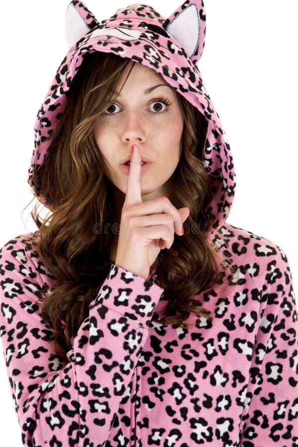Kobieta model w kot piżamach dotyka jej usta zdjęcia royalty free
