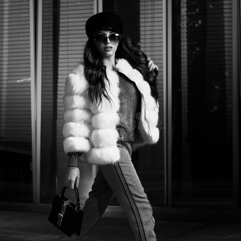 Kobieta model w pozować luksusowego outerwear fotografia royalty free