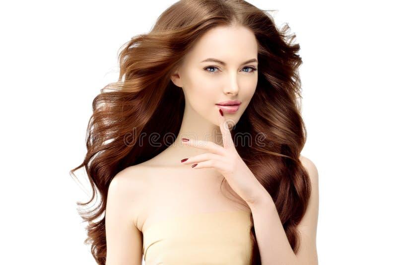 Kobieta model z długim falistym włosy Fala kędziorów fryzura Włosiany Sal obraz royalty free
