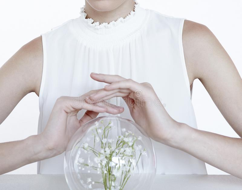 Kobieta model z kwiatem w jasnej piłce dla biżuterii natury czystych zdrowie zdjęcie stock