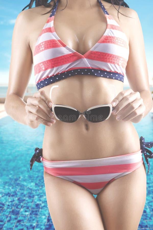 Kobieta model z okularami przeciwsłonecznymi i swimsuit fotografia stock