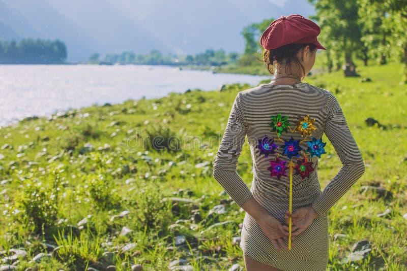 Kobieta model z zabawkarskim wiatraczkiem behind fotografia royalty free