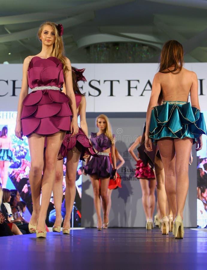 Kobieta modeluje przy Rumuńskim pokazem mody w Bucharest cit zdjęcia royalty free