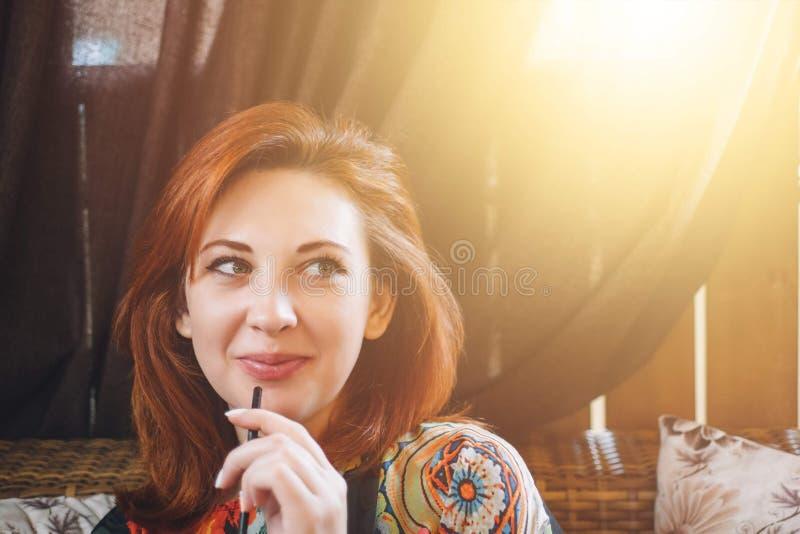 Kobieta modniś pije smoothie zdjęcie royalty free