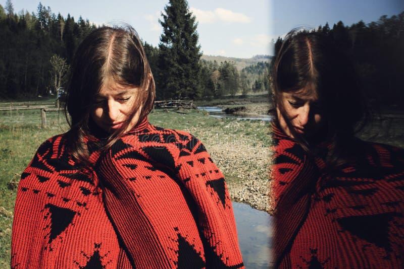 Kobieta modniś przy nieba i drzew drewnami, kreatywnie niezwykła kopia e zdjęcie stock