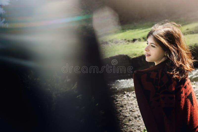 Kobieta modniś przy nieba i drzew drewnami, kreatywnie niezwykła kopia e fotografia royalty free