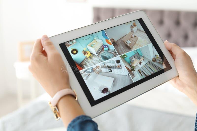 Kobieta monitoruje nowożytne cctv kamery na pastylce indoors obraz royalty free