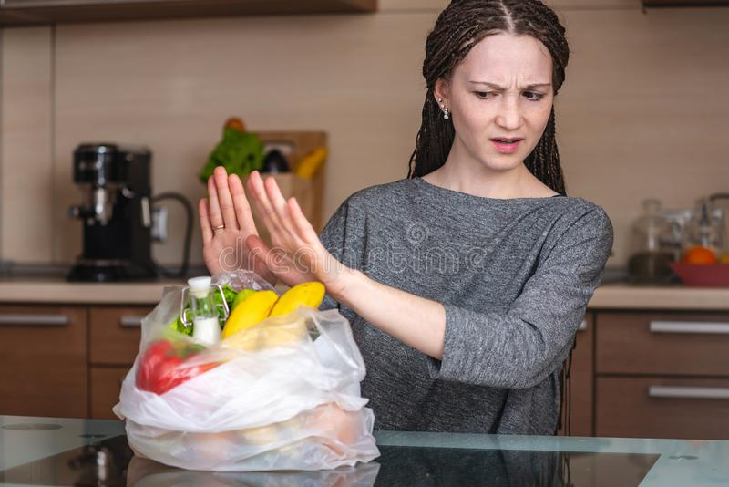 Kobieta myśleć używać plastikowego worek kupować produkty że odmówić Ochrona środowiska i porzucenie klingeryt zdjęcia royalty free