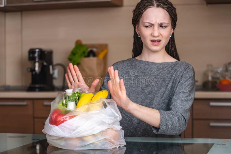 Kobieta myśleć używać plastikowego worek kupować produkty że odmówić Ochrona środowiska i porzucenie klingeryt fotografia stock
