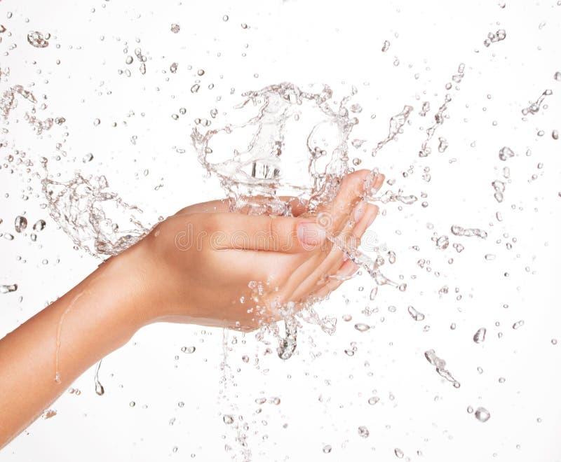 Kobieta myje jej czystą twarz z wodą zdjęcie royalty free