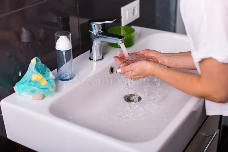 Kobieta myje up w ranku zdjęcia royalty free
