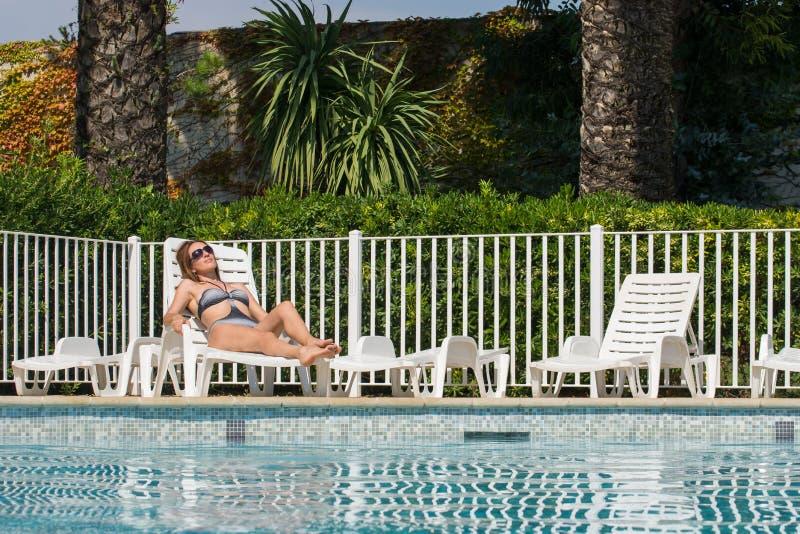 Kobieta na basenie zdjęcia royalty free