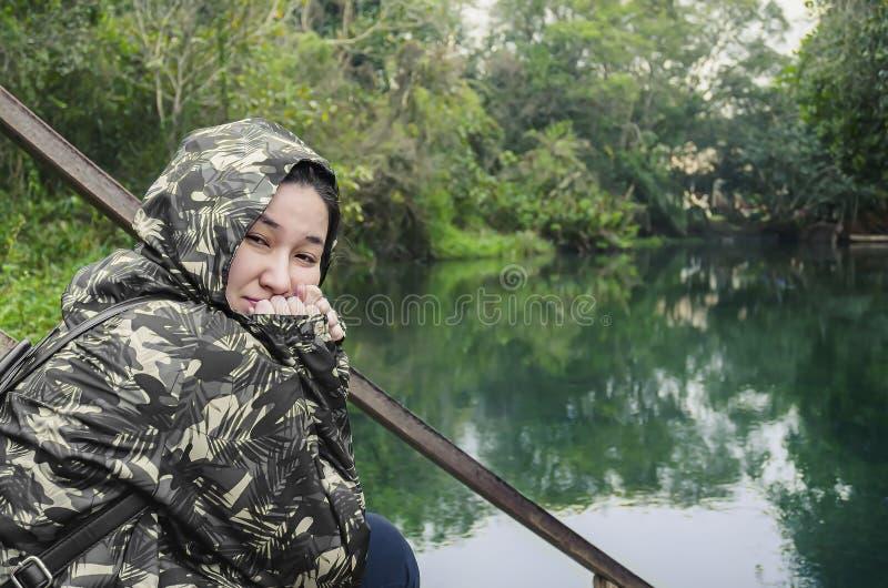 Kobieta na Eco turystyce podczas zimy zdjęcie royalty free