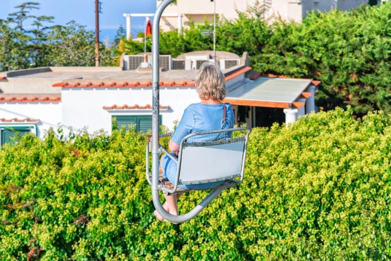 Kobieta na funicular kablowym krześle nad Capri wyspa zdjęcia royalty free