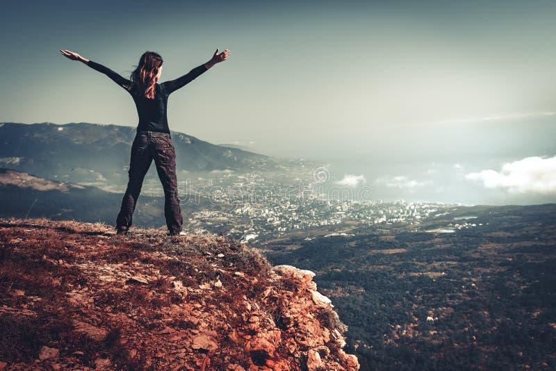 Kobieta na górze góry obrazy royalty free