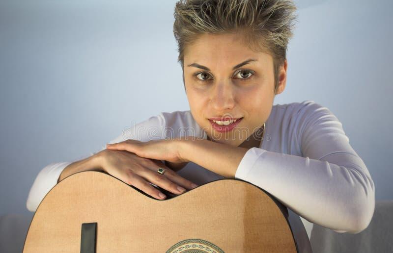 kobieta na gitarze zdjęcia royalty free