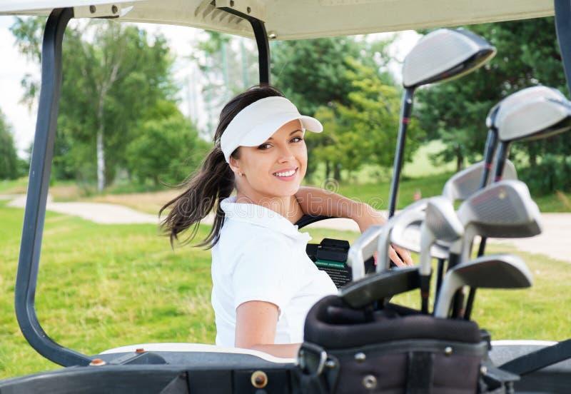 Kobieta na golfowym polu fotografia stock